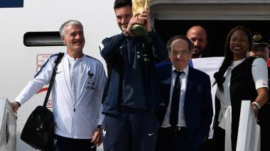 El campeón está en casa: la selección de Francia llega con la copa a París