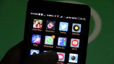 """Los jóvenes con  """"smartphone"""", una pesadilla para los políticos paquistaníes"""
