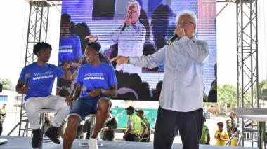El alcalde de Soledad, Joao Herrera, presentando a los dos jugadores de la Selección Colombia, Cuadrado y Mina.