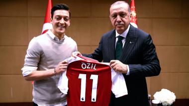 Mesut Özil se retira de la selección alemana