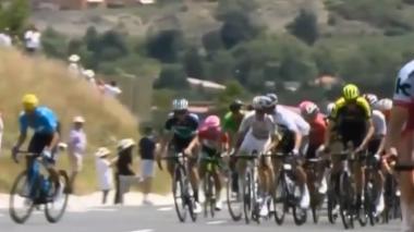 El italiano Gianni Moscon cuando manoteaba a otro ciclista en plena etapa de este domingo.
