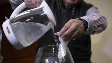 Dos chilenos crean bolsas plásticas que se deshacen con agua