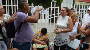 Padres se encadenan en Sucre para exigir medicamentos por parte de Medimás