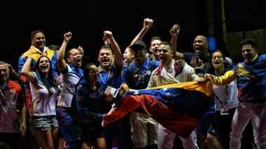 Venezuela domina a placer a Colombia en equipos de sable masculino