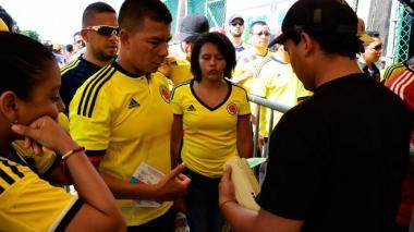 Personas ingresan al estadio Metropolitano para uno de los partidos de la Selección Colombia.