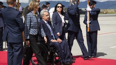 El presidente ecuatoriano, Lenin Moreno, sale del avión a su llegada al aeropuerto militar de CATAM en Bogotá, para la posesión de su homólogo Iván Duque.