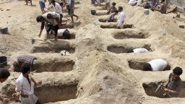 Ciudadanos yemeníes cavan fosas en donde sepultarán a los 29 niños muertos en el atentado terrorista del jueves.