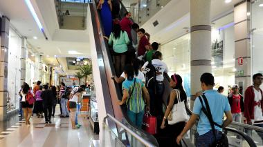Compradores en un centro comercial de Barranquilla.