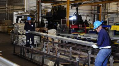 Trabajadores en la planta de la empresa Tecnoglass.