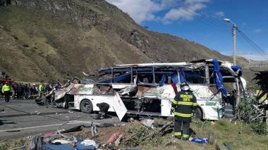 Estado en el que quedó el bus de placa colombiana que se accidentó dejando al menos 24 muertos.