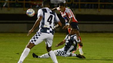Sánchez rematando en el juego ante el Chicó.