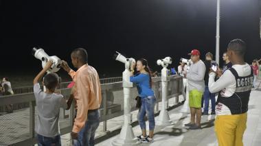 Visitantes que anoche usaban los binoculares.