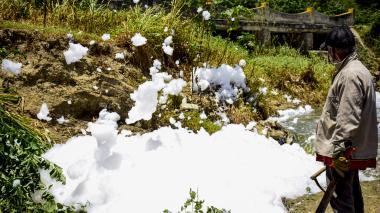 La espuma es esparcida por la brisa por los alrededores del arroyo, afectando a conductores y vecinos.