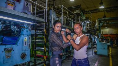 Las boxeadoras Mónica Henao (izq.) y Jenifer Rodríguez ayer en las rotativas del diario EL HERALDO.