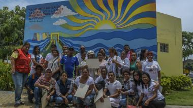 Los familiares de las víctimas posan en la fachada de la Casa de la Memoria de Barranquilla.