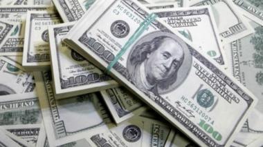 Dólar alcanza los $3.053,14