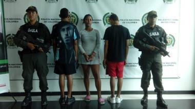 Alexandra Martínez Blanco, alias la Loca, junto a los dos menores de edad capturados.