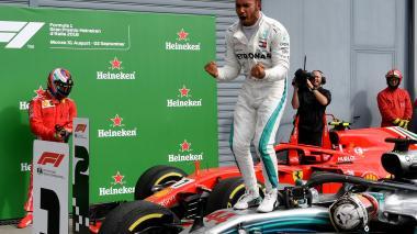 El piloto Lewis Hamilton celebrando su triunfo.