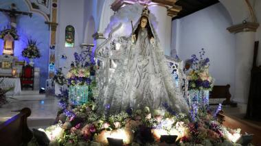 La tradición de los arreglos y los vestidos de la Virgen del Socorro en Sincé