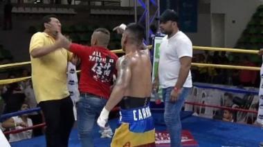 Instante en que el hermano del púgil Pablo Carrillo le lanza la bofetada a Devia.