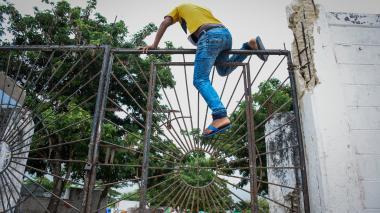 Un joven ingresa al campo santo volándose las rejas que fueron cerradas por seguridad.