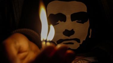 Simpatizantes del candidato Jair Bolsonario encendieron velas la noche de este viernes tras ser sometido a una cirugía por el ataque a cuchillo que sufrió.