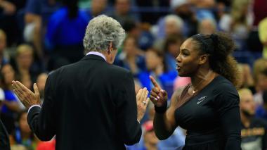 La tenista estadounidense Serena Williams dialogando con el supervisor del torneo Brian Earley.
