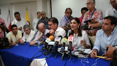 la ministra de Transporte, Ángela Orozco, en la reunión que sostuvo con el sector portuario de la ciudad.