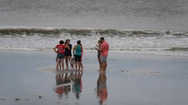Bañistas recorren las playas de Myrtle Beach, en Carolina del Sur, luego de que la alerta por el paso de Florence bajara.