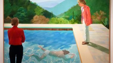 Una mujer mira la obra de David Hockney.