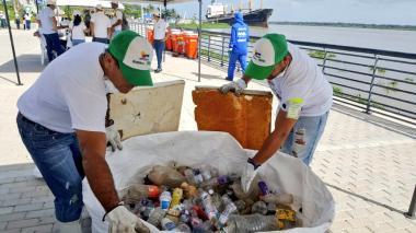 Botellas plásticas, papeles, envolturas de plástico, entre otros elementos, retirados de la ribera del Río.