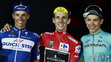 El ciclista británico Simon Philip Yates, ganador de la Vuelta a España, el español Enric Mas  y el colombiano Miguel Ángel López.