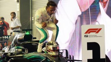 Lewis Hamilton celebrando su triunfo en Singapur.