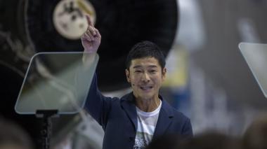Este es el millonario japonés que será el primer turista que dará la vuelta a la Luna