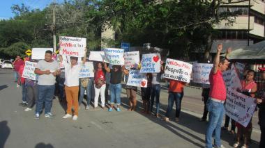 Con plantón exigen disculpas del Gobernador de Sucre