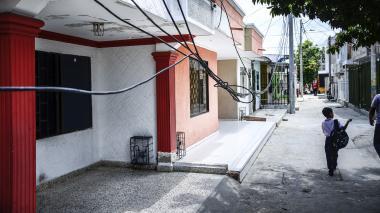 Vecinos piden solución para cables caídos y altas tarifas de energía