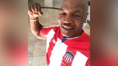 Mike Tyson posa en fotos con la camiseta de Junior