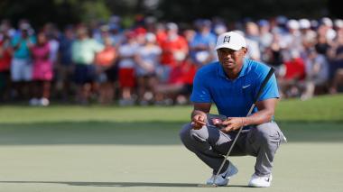 Woods se exhibe en Tour Championship y acaricia primer título en cinco años