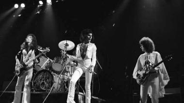 John Deacon, Brian May, Freddie Mercury y Roger Taylor durante su concierto en The Hammersmith Odeon de Londres, el 24 de diciembre de 1975.
