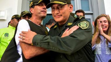 General Botero dice ahora que 'Fito' Acosta sí estuvo en La Pradera