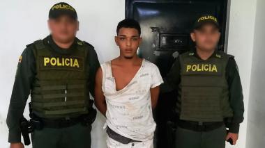 Jainer José Gutiérrez Tafur, de 20 años, el supuesto delincuente que fue atrapado por uniformados de la Policía Metropolitana de Barranquilla.
