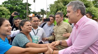 El presidente Duque saluda a habitantes de Florencia (Caquetá) en donde lideró un consejo de seguridad.