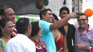 Víctor Arango, director de Distriseguridad de Cartagena, cuando se tomaba la selfie con Liliana Campos.