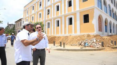 El alcalde Char inspeccionando una de las obras.