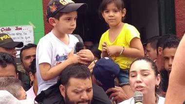 El menor junto a sus padres y familiares, tras haber quedado en libertad.