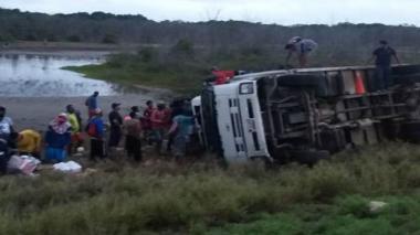 Camión se vuelca en Tasajera, Magdalena, y comunidad lo saquea