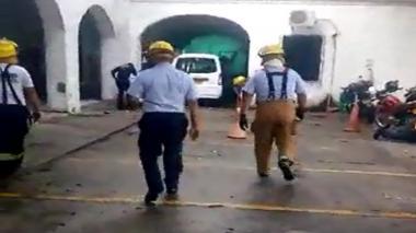 Bomberos acuden a auxiliar al paciente luego de haberse lanzado del techo del hospital.