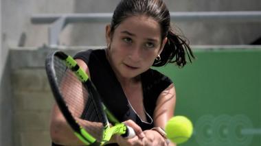 María Gabriela Mejía respondiendo una bola de revés.