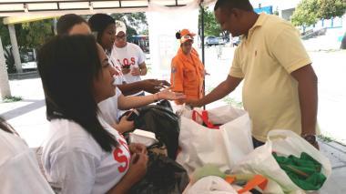 Un ciudadano se acerca al puesto de recepción de ayuda en el Parque Simón Bolívar de Riohacha.