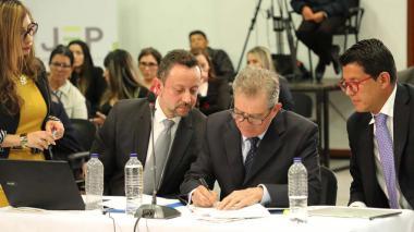 General (r) Montoya firma acta de sometimiento